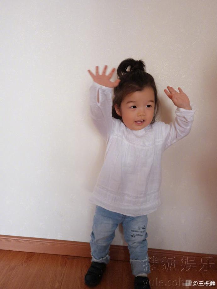 王栎鑫晒女儿萌照 小朋友又哭又笑惹人爱