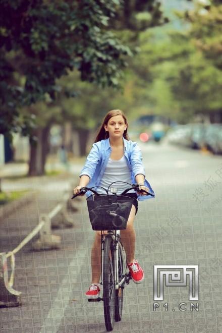 时尚街拍新现象 成人小孩尽显童趣