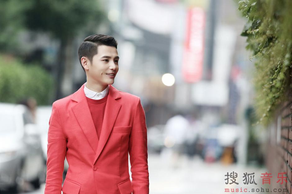 一身红色西服的孙坚展现出浓浓的贵族王子范儿