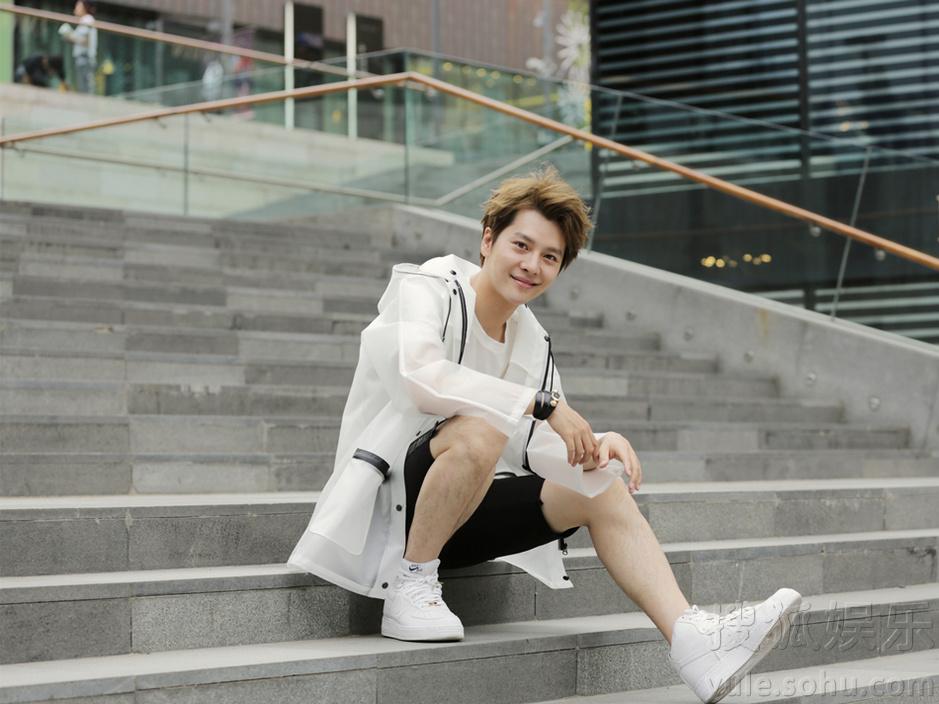 徐海乔最新写真曝光 白衣黑裤干净俊逸