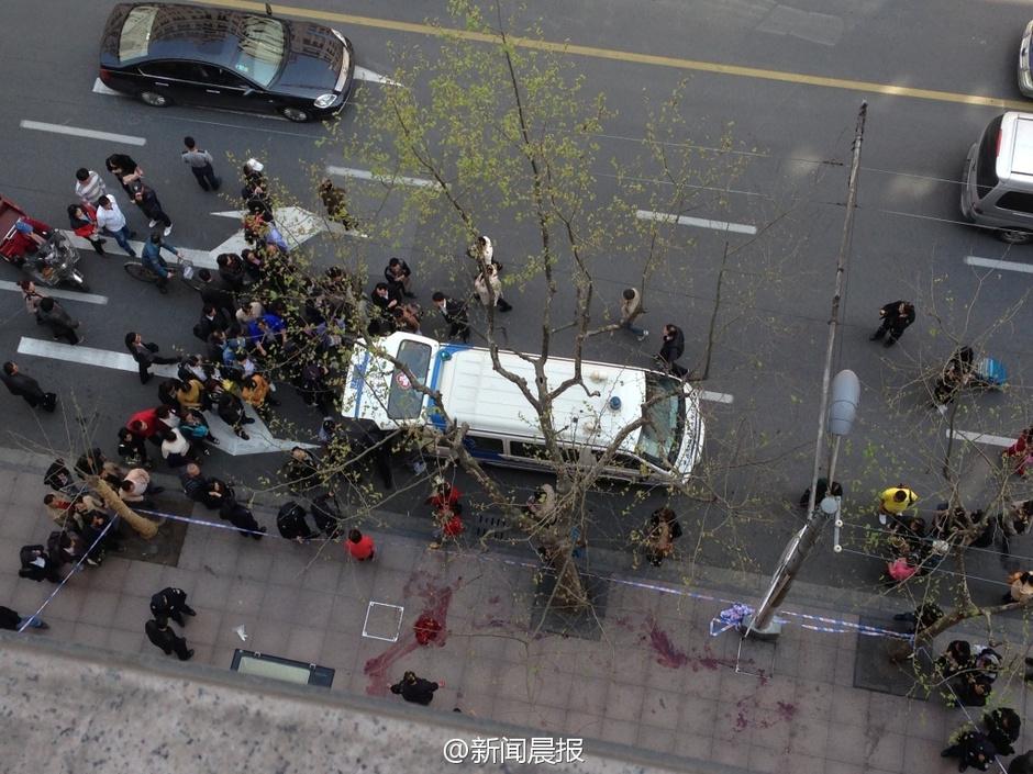 高清图—上海南京东路一沿街店铺男游客因价格问题捅伤店员