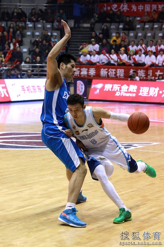 组图:新疆男篮主场对阵青岛 周琦内线鹤立鸡群
