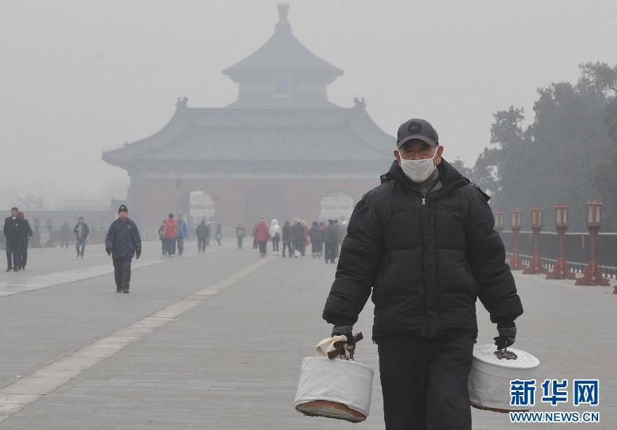 一名老人戴着口罩在北京