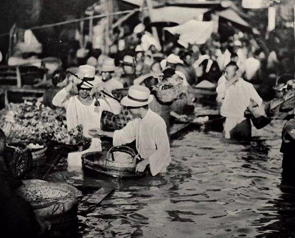 老照片:85年前武汉大水 市民菜照买车照跑(多图)