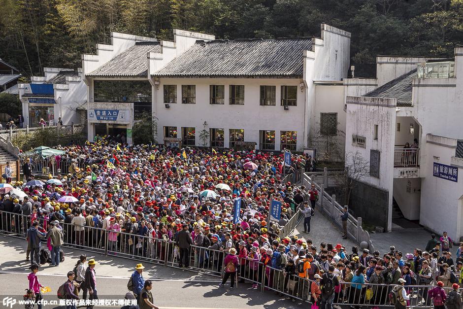 旅游景点排队图片_安徽黄山迎旅游高峰万人排队乘缆车7678987