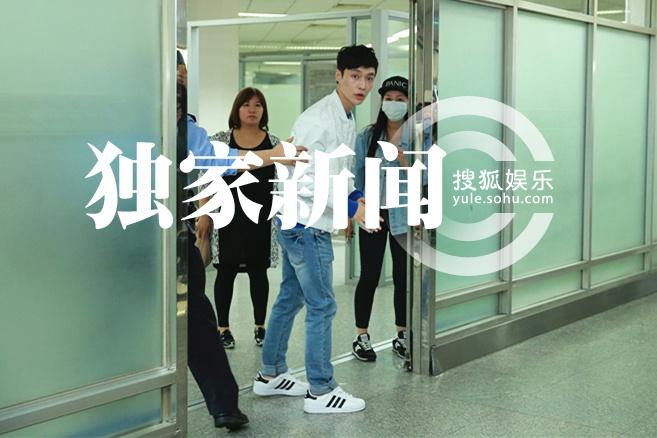 独家:EXO张艺兴现身上海机场 人气旺引骚动-娱