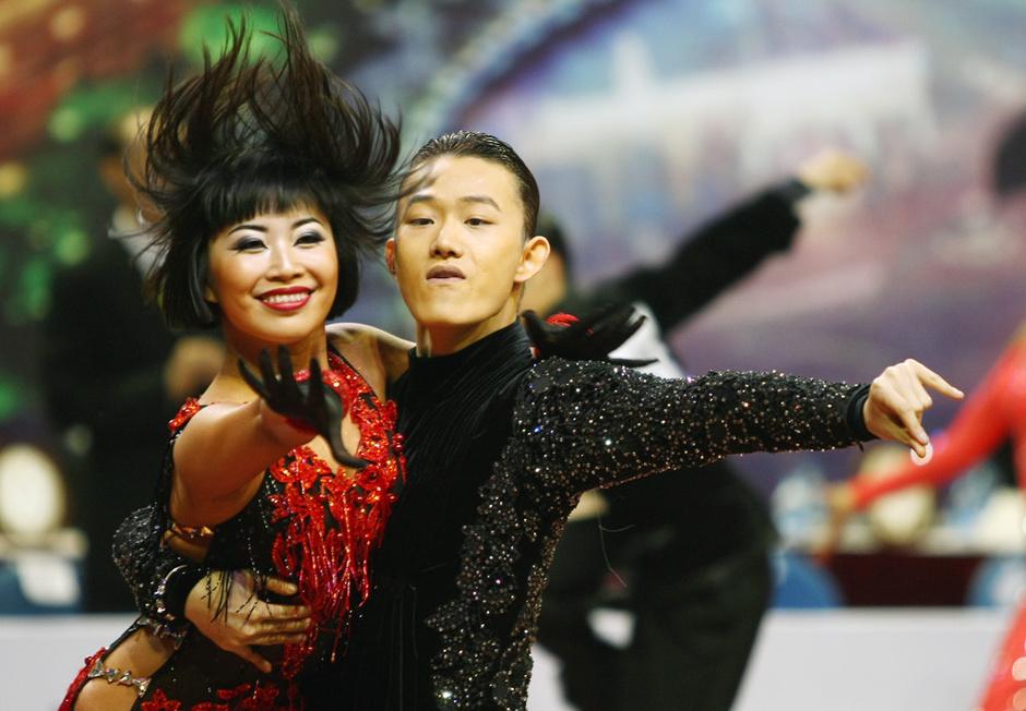 高清:体育舞蹈俊男靓女齐聚 全情投入舞出激情