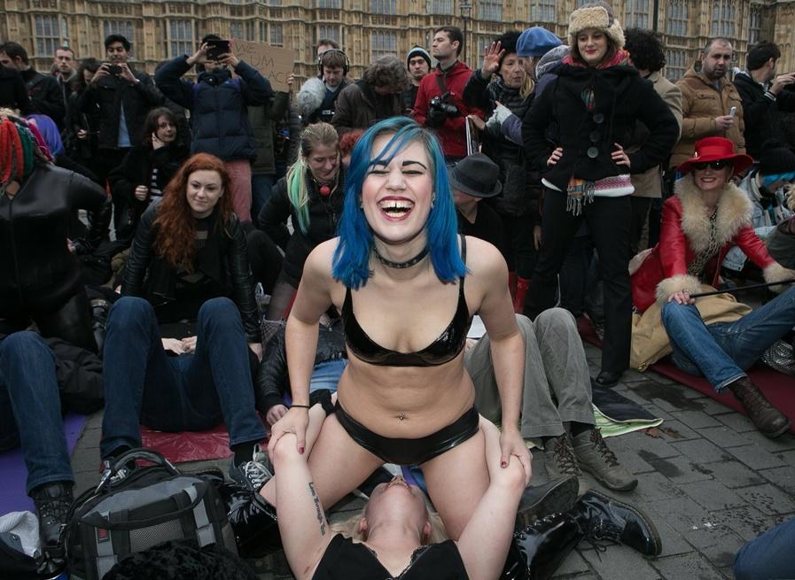 英国女子当街露胸 抗议针对色情电影新法规74