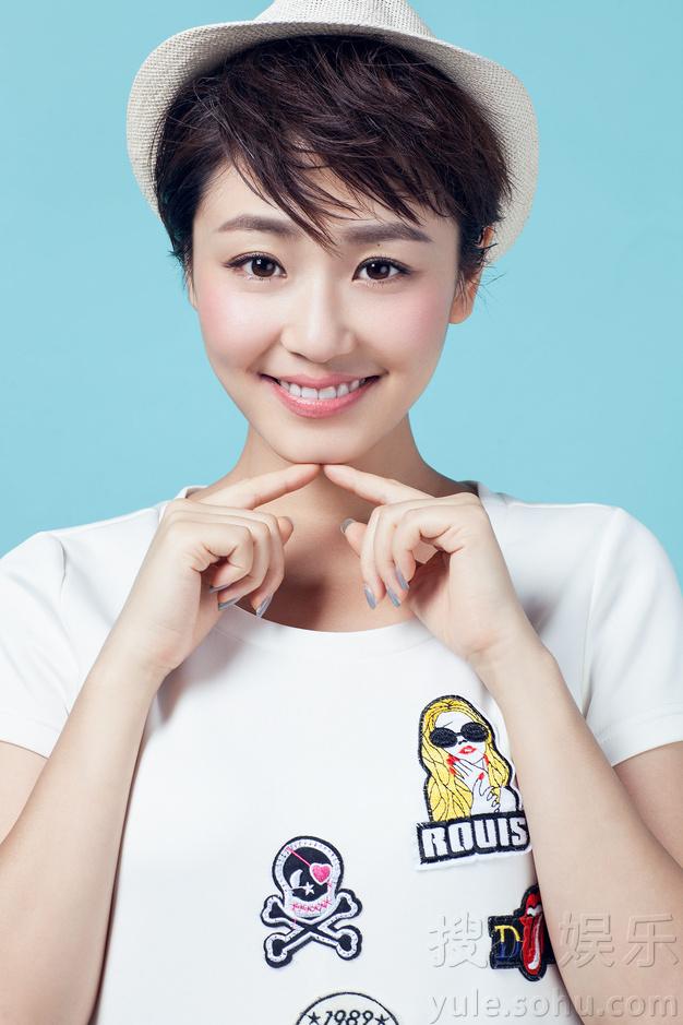 王思思最新写真 甜美高冷展多面魅力