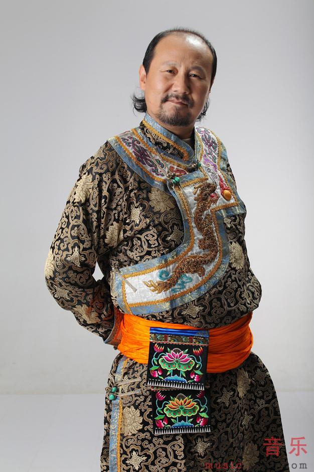 音乐频道 歌手写真  圣诞节当天,腾格尔推出两组帅气写真,身穿蒙古袍