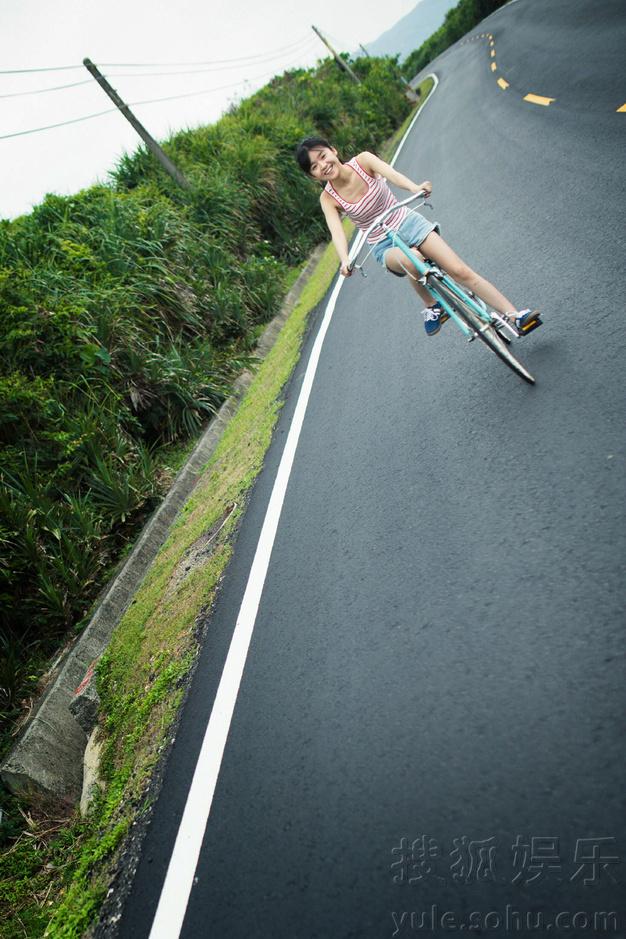 宋伊人公路写真变身单车少女 上演速度与激情
