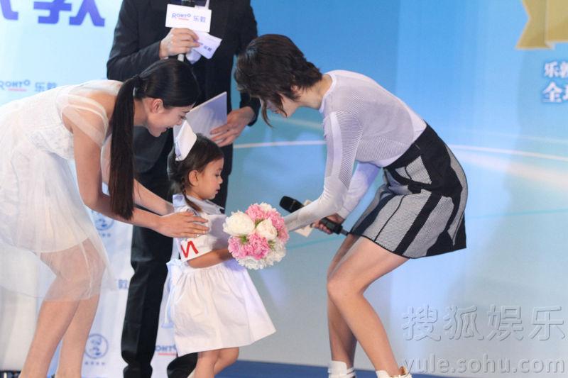 陈慧琳短发俏丽亮相 与小粉丝互动母爱满溢图片