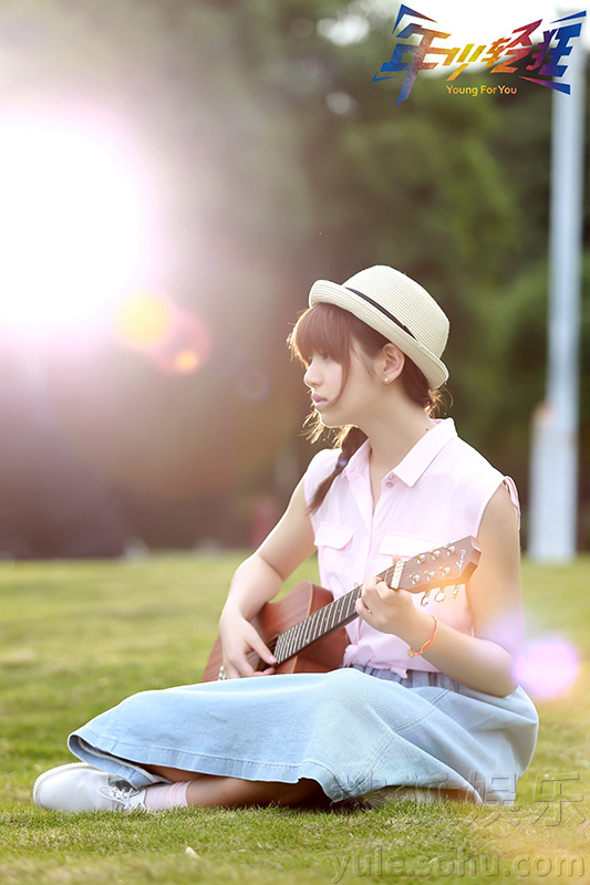 《年少》曝陈妍希校园写真 怀抱吉他告别毕业季