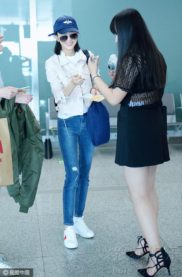 佟丽娅休闲装现身机场 与迷妹玩自拍低调亲民