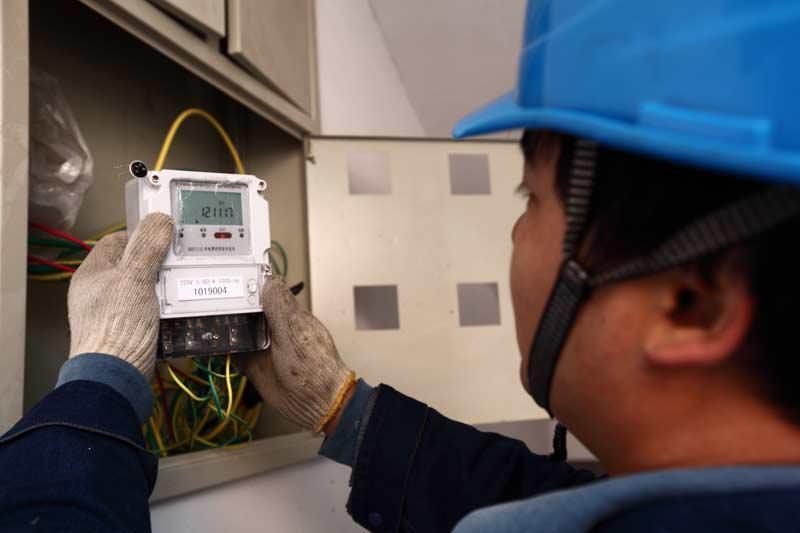 在17户农民家中,户户装了两块电表,一块电表连着屋顶,瓦片发出的电能经这块电表流向大电网。另一块电表和普通民居一样,一头连着家里的供电线路,一头连着大电网,它记录着家庭用电量。有了这两块电表,农户们就能和供电局把电费算清楚。比如本月发电量为100度,用电量为150度,那么这户家庭就只要付50度电的电费。