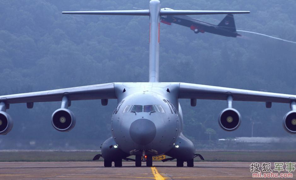 在今年的珠海航展中,首次正式向公众亮相的运-20运输机非常引人瞩目。运-20是我国军工企业自行研制的新一代大型军用运输机,于2013年1月成功首飞。同一时间参加航展的还有俄罗斯研制的伊尔-76运输机,以及美国研制的C-17运输机,它俩是各自国家及外国用户军用运输机部队的中坚力量。图为歼31在中国大运头顶掠过。