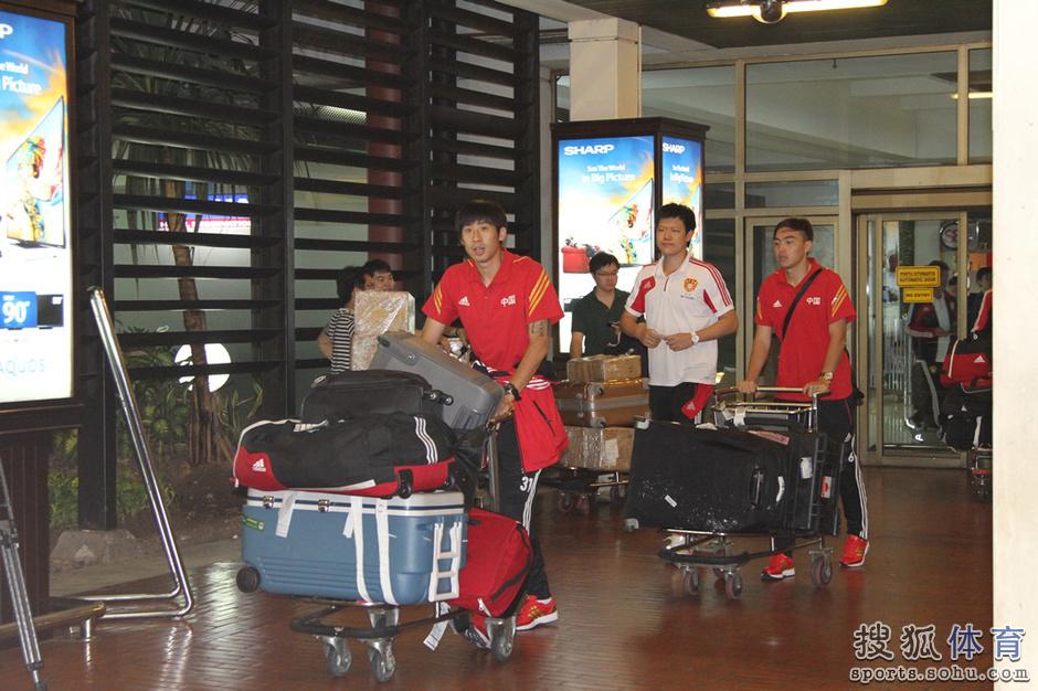 高清:国足抵达印尼受热捧 球迷携国旗合影主帅