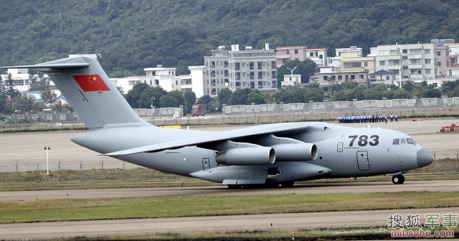 运-20运输机,是中国自主研发的新一代重型军用运输机,由中航工业第一飞机设计研究院设计、西安飞机工业集团为主制造,并于2013年1月26日首飞成功。11月5日,中国国产大型运输机运-20于11点54分飞抵珠海航展现场,掀开国产大运首秀大型国际航展的序幕。此次前来参展的运-20为783号机,采用了与过去黑色不同的浅灰色涂装,机身编号783采用黑色,垂尾绘有巨大国旗。