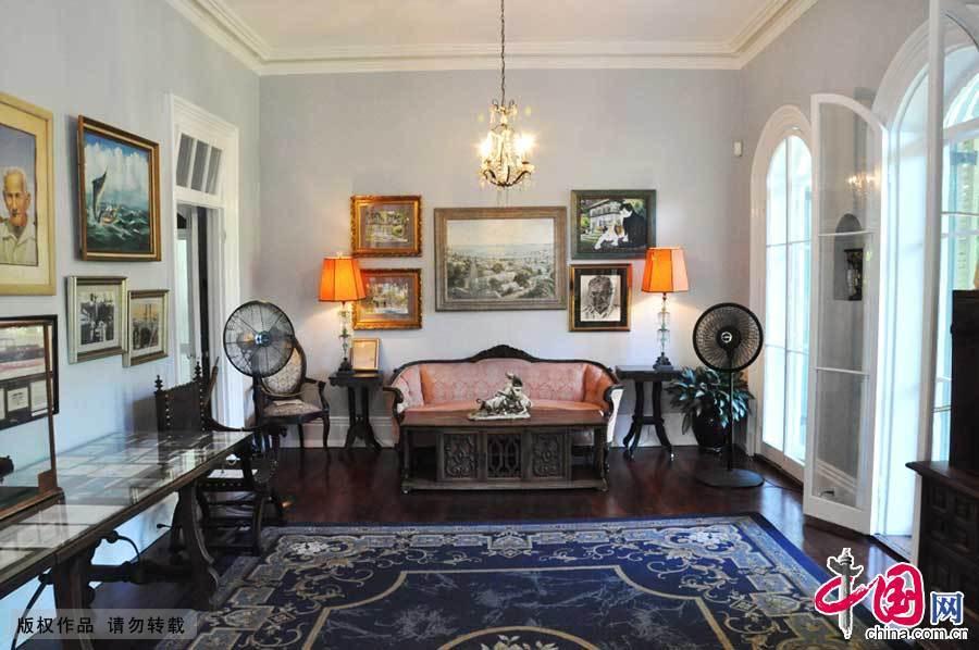 海明威故居位于美国最南端,佛罗里达基韦斯特。建于1815年。共有占地一英亩半的庭园和长五十英尺、宽三十英尺的房舍。房子的颜色是柠檬一般的黄色,与岛上其他房子看上去很不一样。现在已成为著名的博物馆,海明威的不朽名著《老人与海》就在此写成。 这位诺贝尔文学奖获得者吸引了许多慕名而来的参观者。庄园里有海明威的起居室、卧室、餐厅、厨房、卫生间,他的两间书房,以及他孩子的卧室。园中有一个附带更衣室的游泳池,海明威出海所用的游艇也完好的保存在这里。游泳池旁是海明威四只爱猫的墓。 【更多资讯】【4388元 主城房价底线