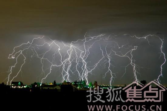 闪电击中埃菲尔铁塔 美拉斯维加斯遭闪电袭击