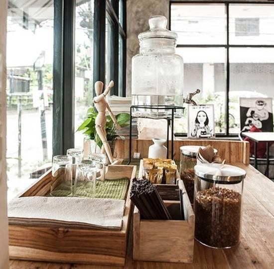 沉闷的星期一下午,若能忙里偷闲,到一家很有味道的小咖啡店放松一下,来杯午后的咖啡与甜点,那该有多好(闭着眼睛幻想)!之前曾在泰国知名建筑集团 49 GROUP 实习的女建筑师 Sirinan Wiangwong(Nuknik Si),不仅热爱摄影和平面设计,自己还身兼室内设计师与店长,于泰国东北大城孔敬(Khon Kaen)开了一间名为 Sri Brown Cafe 的小咖啡店。室内风格是以简单木头元素混搭原始感的混泥土和砖墙为主,塑造出一股无压力的闲暇氛围。坐下来喝杯咖啡,翻翻杂志或单纯放空聆听着音乐,