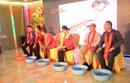 深圳一公司年会 老板跪地为员工洗脚