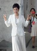 搜狐娱乐讯 上海,近日,蒋雯丽现身某会场拍摄写真。48岁的蒋雯丽身穿白色西服套装,搭配一头清爽短发,...