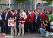 北京时间2012年7月26日,奥地利代表团出席升旗仪式,代表表情肃穆。