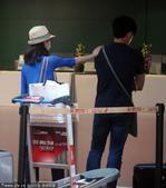 2014年7月20日讯,上海,20日,吴奇隆和女友刘诗诗手牵手出现在上海虹桥机场,走进候机楼看见有粉...
