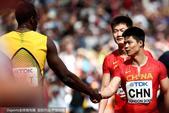 北京时间8月12日伦敦田径世锦赛第九比赛日,中国男子4X100米接力队携手牙买加晋级决赛。图为比赛精...