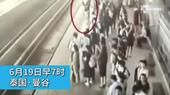 当地时间6月19日,泰国一31岁孕妇跌入曼谷城铁机场线轨道遭火车碾压身亡,周边乘客未及时营救。若最终...