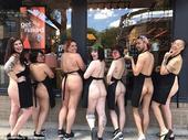 近日,美国一家化妆品公司的员工们在全国范围内掀起了一场裸体抗议活动——禁止过度使用塑料包装产品,他们...