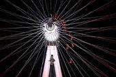 超胆侠舞者在伦敦眼上演高空舞蹈,为观众奉献饕餮盛宴,为伦敦奥运会献礼。