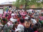 """近日,江西省杨坞小学的学生们收到了来自""""给孩子送双运动鞋""""项目组的鞋子,收到鞋子的小朋友们非常开心,..."""
