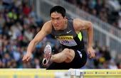北京时间2012年8月7日,伦敦奥运会男子110米栏预赛。刘翔在第六小组出场。他站在赛场,出发,然后...