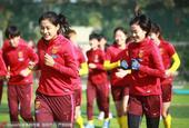 2017年1月22日,2017年女足四国赛:中国队训练备战,队员们阳光下跑步有说有笑。