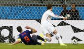 比赛进行到第72分钟时,荷兰队再次扩大比分。卡西利亚斯接拉莫斯回传出现失误,范佩西断球后直接打空门得...