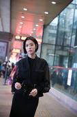 搜狐娱乐讯 近日clara克拉拉现身首都机场,短发黑裙引领轻熟女路线。高挑的身材在紧身短裙的包裹下显...