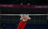 """北京时间7月25日,在英国首都伦敦的O2体育馆,素有""""全能王""""之称的日本男子体操运动员内村航平在进行..."""
