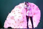 """梁静茹在武汉洪山体育馆举行""""爱的那一页""""演唱会。梁静茹还提到自己的演唱会经常超过3个小时,这次武汉将..."""