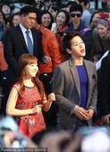 2012年10月13日讯,由人气演员宋仲基、朴宝英主演韩国影片《狼族少年》12日在海云台举办观众见面...