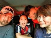 搜狐娱乐讯 6月7日,演员梁静在微博上晒出了一家人的合影,并配文表达对儿女的爱。全家变身表情包,时而...