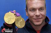 2012年8月8日,2012年伦敦奥运会,英国自行车名将霍伊展示金牌。 更多奥运视频>> 更多奥运...