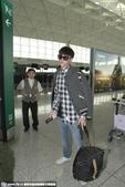 搜狐娱乐讯 30日,吴亦凡素颜现身机场,脸上出现小痘痘。他披着灰色外套,拉着行李径直向前,眼...