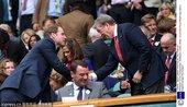 当地时间2012年7月4日,英国温布尔登,英格兰主帅霍奇森现场观战温网,与威廉王子亲切握手。