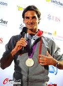 2012年8月6日,2012年伦敦奥运会,费德勒发布会展示银牌。  更多奥运视频>> 更多奥运图片...