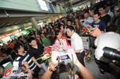 2012年7月31日,伦敦奥运会期间,郭文�B载誉回国。抵达机场,笑容满面。更多奥运视频>> 更多奥运...