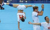 """当地时间2012年8月9日,伦敦奥运会女子手球半决赛,西班牙VS黑山。黑山手球运动员赛场秀""""街舞"""" ..."""