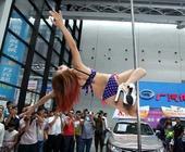 在广西南宁市的广西国际汽车文化节上,钢管舞成热门项目,吸引众多观众。