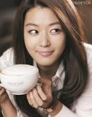 搜狐韩娱讯 韩国女艺人全智贤日前为韩国某咖啡连锁店拍摄了一组宣传写真。全智贤在这次拍摄中扮演在咖啡厅...